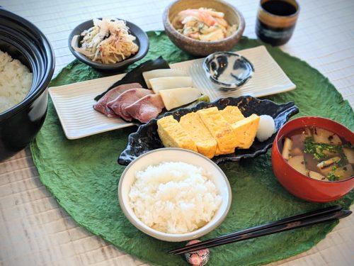 和風旅館の朝ごはん だし巻き卵ほか